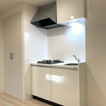 キッチン左手に洗濯機、右手に冷蔵庫