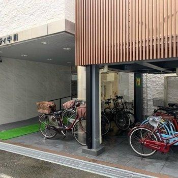 自転車は屋根のしたに置けますよ。