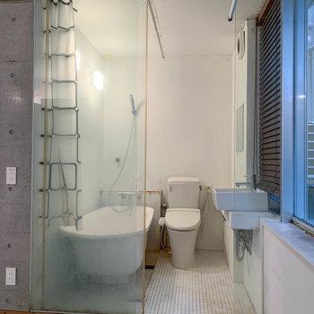 3点同室のお風呂です。※写真はクリーニング前のものです。