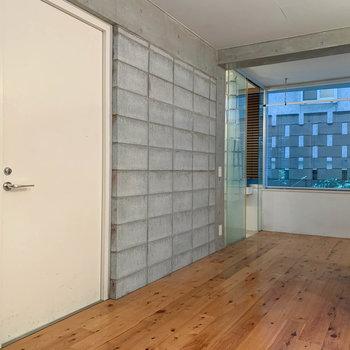 白い扉が玄関、奥にサニタリーがあります。※写真はクリーニング前のものです。