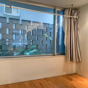 お部屋奥の窓は南向き。ここに室内干しが付いています。※写真はクリーニング前のものです。