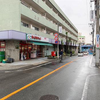 マンション前の道路です。目の前に小型スーパーがありました。