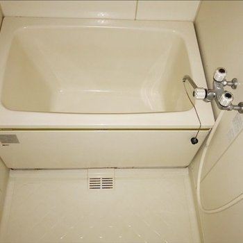 浴槽は少し小ぶりサイズ。