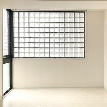 ホワイトベース×ブラック建具でモダンな雰囲気。