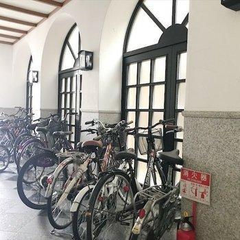 自転車はエントランス前の廊下に置くみたいです。