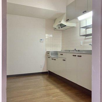 【LDK】奥にはキッチンスペースがあります。