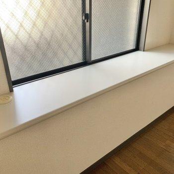 【洋室】幅のある出窓。本を置いてもいいですね。