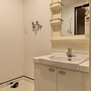 鏡大きめの独立洗面台です。