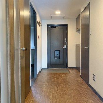 ひろびろ廊下を渡ってもう一つの洋室へ。