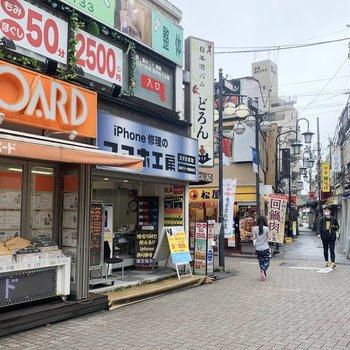 駅前は商店街が続いています。