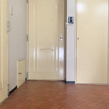 今回のお部屋は正面の扉から入ります。