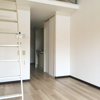 はしごもあるからお部屋の家具はコンパクトに。移動できる座椅子とかあれば便利かも。