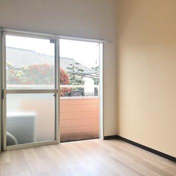 テレビ端子は窓の左側。家具は壁付けですっきりと。