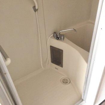 奥にはコンパクトなお風呂。隙間がないタイプで掃除も楽ちんですね。