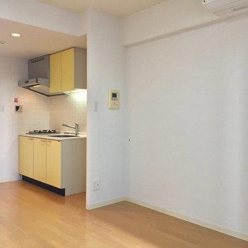 キッチンがイエローが素敵です。※写真はクリーニング前のものです