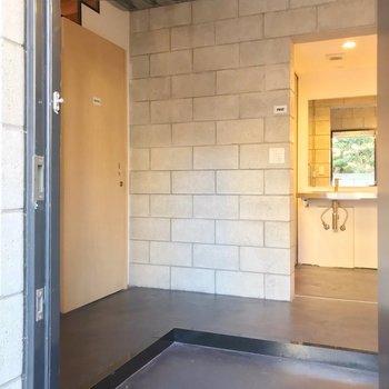 【1F】玄関を開けると、広い土間。左側の階段をのぼってお部屋へ。