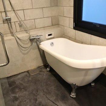 【1F】お風呂は窓付きで換気もラクラク。お湯はり機能もあります。