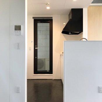 【2F】キッチン側の奥には勝手口。モニターホンの裏に冷蔵庫を置けます。