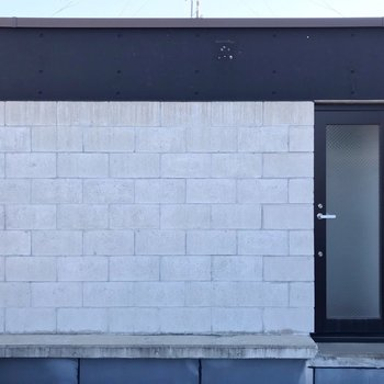 【3F】隣のお部屋とは、このどっしりした塀で仕切られているので安心。