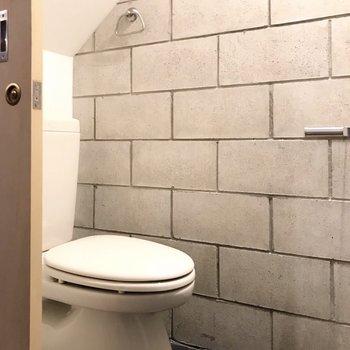 【1F】トイレは階段下に。ウォシュレットは持ち込みで取り付けられます。