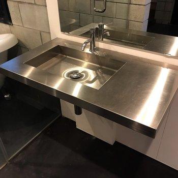 【1F】洗面台もクールなんです。隣が洗濯機置場です。