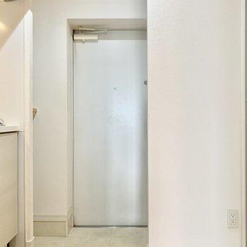 こじんまりとしたホワイトな玄関です。