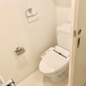 トイレはウォシュレット、タオル掛けも付いてます。