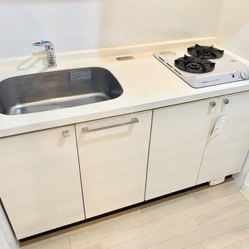 2口コンロです。調理スペースはまな板を敷いたりして広く使いましょ◎