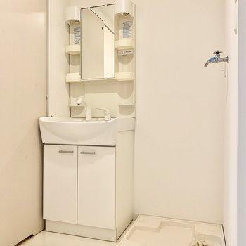 脱衣所には独立洗面台、隣に洗濯パンです。