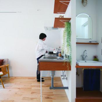 【DK】無垢床の雰囲気とキッチンなど建具の赤茶のコントラストが良いですね。