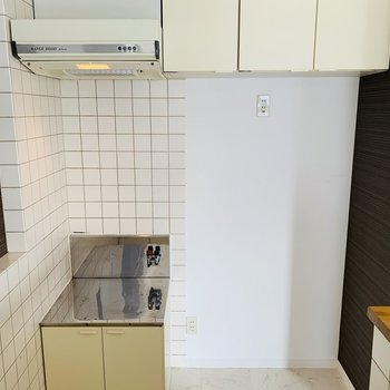 シンク背面にガスコンロ置場と冷蔵庫スペース。上部には吊り戸棚も◎