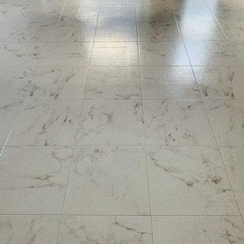 大理石調の床が素敵