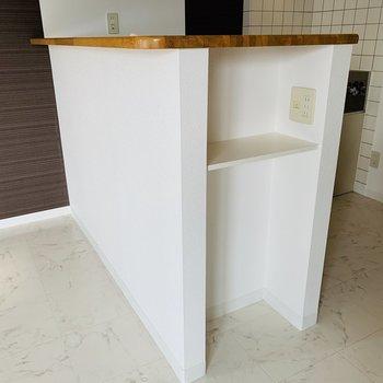 キッチン側面にも収納棚。コンセントもあって便利♪