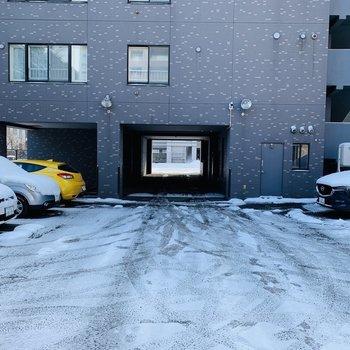 マンションの裏側が駐車場になっています