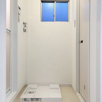 まず正面に洗濯機置場。