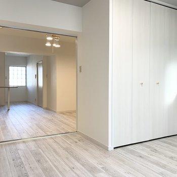 引き戸は開け放して2部屋繋いでも使えます。