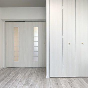 建具と床と天井と壁の色味がグッときます。引き戸のガラス窓にもグッときます。