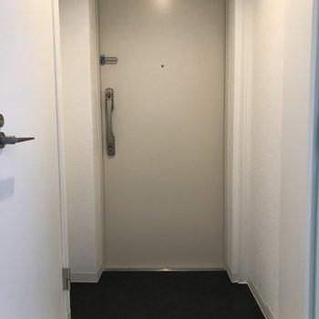 玄関スペースもホワイトテイストで清潔感◎