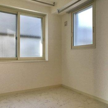 キッチン隣の洋室。こちらは建物に囲まれているのでちょっと暗い印象
