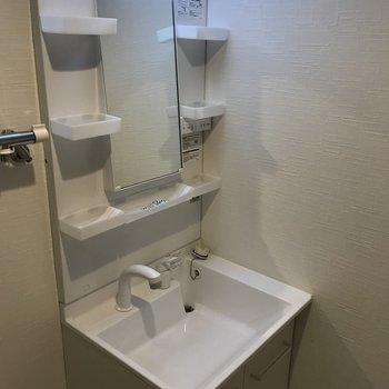 収納豊富な独立洗面台
