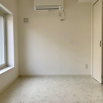 ダイニング隣の洋室。全体的にホワイトテイストで居心地◎