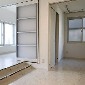 キッチン側からお部屋を眺める、、スキップフロアタイプですね◎