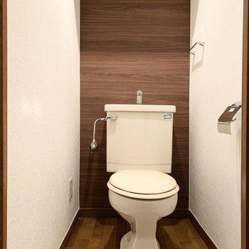 おトイレはシンプルですが、コンセントは設置されていますのでウォシュレットを後付けもできますよ。内装もキレイ。