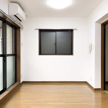 2面に窓はありますが、西側は換気のみな印象。