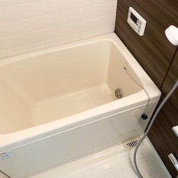 浴室も綺麗。個人的に壁のタイルと床の模様かリンクしていて好みです。追焚き付きも嬉しいポイント。