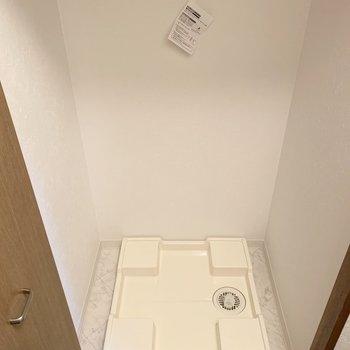 洗濯機はおトイレの向かいの扉の中。