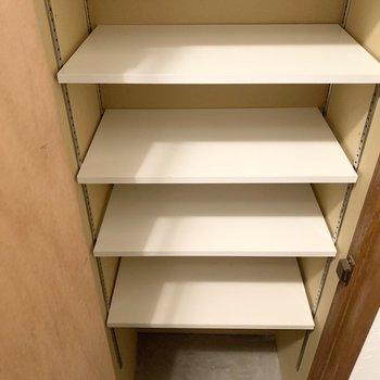 可動棚で1段に2足は入りそうなサイズ。