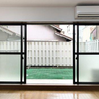 大きく開くLDK掃き出し窓の外が専用庭です。眺望は塀とお隣様。