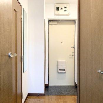 おトイレと洗濯機置場は玄関スペースからアクセスです。玄関もゆったり空間。