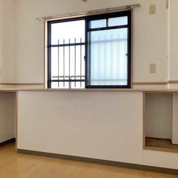 【洋室5.4帖】窓側にも物入がありますよ。本なども収納できそうですね。